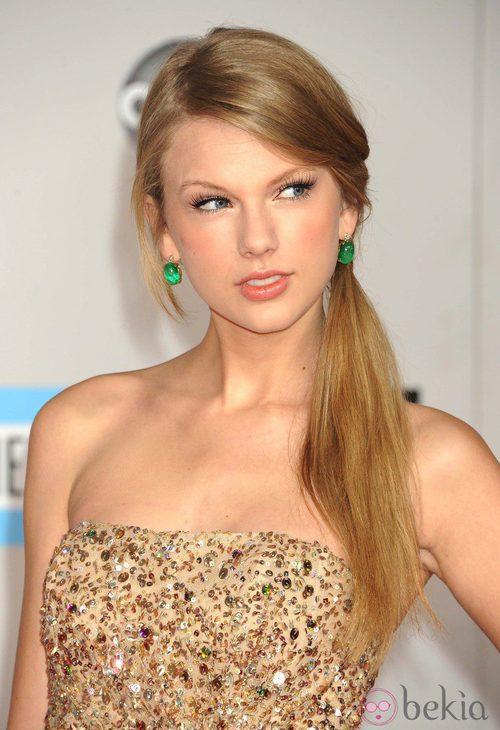 Taylor Swift con su melena recogida en una coleta