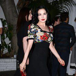 Dita Von Teese con maquillaje vintage en la Cena de Cosméticos de Vogue y Mac