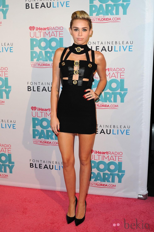 Miley Cyrus saca partido a su mirada y destaca sus pestañas
