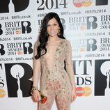 Jessie J con los labios pintados de color morado pálido