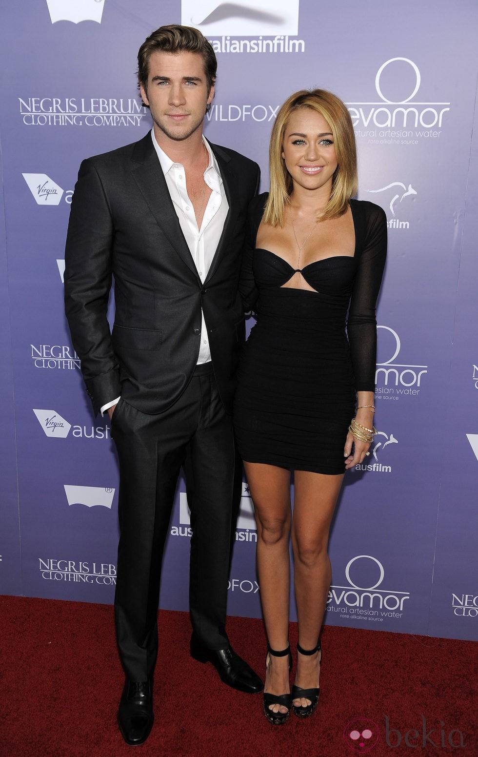 Miley Cyrus con la melena midi alisada junto a Liam Hemsworth