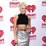 Miley Cyrus con parte de la cabeza rapada y de rubio platino