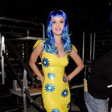 Katy Perry en los Kids' Choice Awards 2010 con una peluca en azul eléctrico