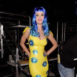 Katy Perry en los Kids' Choice Awards 2010 con una peluca en azul eléctrico