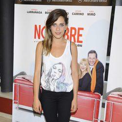 María León con un semirecogido despeinado en el estreno de 'El nombre'