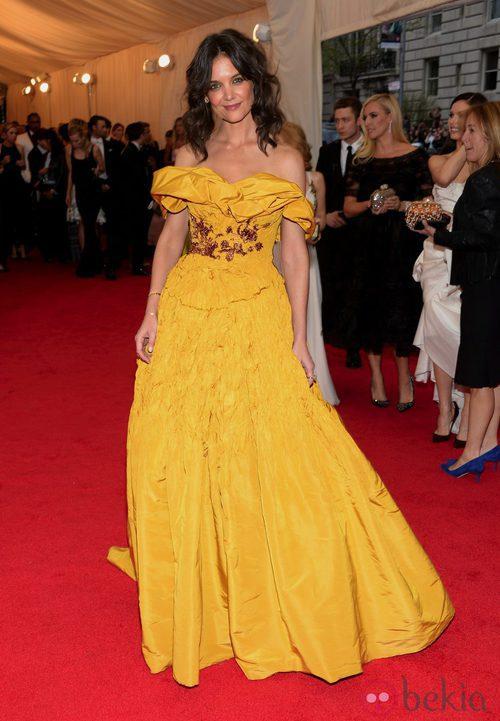 Katie Holmes con el pelo rizado en una gala