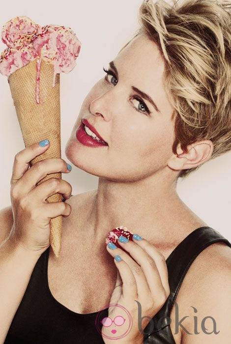 Tania Llasera posa con un helado para Lashes & Go