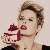Tania Llasera posa con una tarta para Lashes & Go