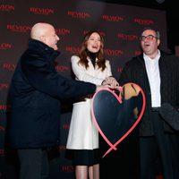Olivia Wilde, Ron Perelman y Lorenzo Delpani en la inauguración de la nueva campaña 'Love is on' de Revlon
