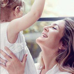 Drew Barrymore junto a su hija como imagen de 'Cherished', una de sus fragancias