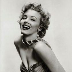 Marylin Monroe posando sonriente maquillada y peinada