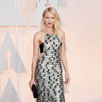 Naomi Watts luciendo labios en color cereza en la gala de los Oscar 2015