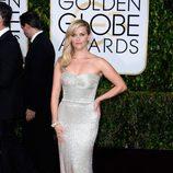 Reese Witherspoon con el pelo a un lado en la alfombra roja de los Globos de Oro 2015