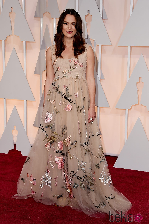 Keira Knightley luciendo pelo suelto en la alfombra roja de los Oscar 2015