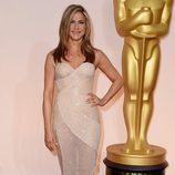 Jennifer Aniston con un peinado liso en la alfombra roja de los Oscar 2015