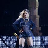 Rihanna contrasta su larga melena rubia con un lado rapado moreno