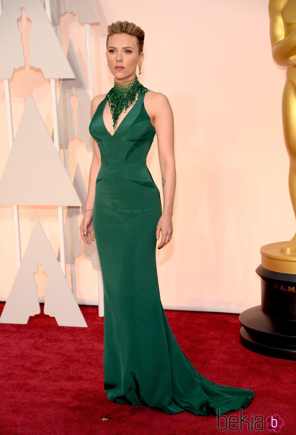 Scarlett Johansson con los dos lados de su melena rapados en la alfombra roja