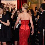 Rosamund Pike con la parte baja de su melena rapada en la alfombra roja