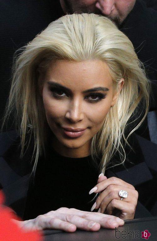 Kim Kardashian con la melena teñida de rubio y las cejas morenas