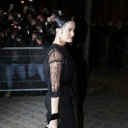Katy Perry con la melena recogida en un moño y maquillaje vamp