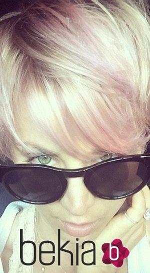 Kaley Cuoco se une al color de pelo rosa