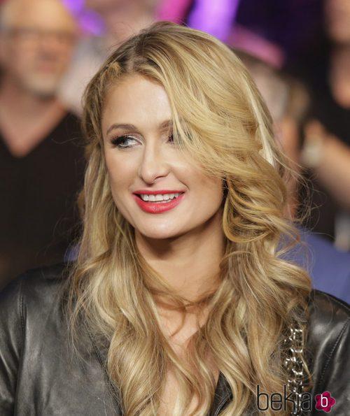 Paris Hilton presumiendo de labios rojos y párpados color cobre en un combate de boxeo