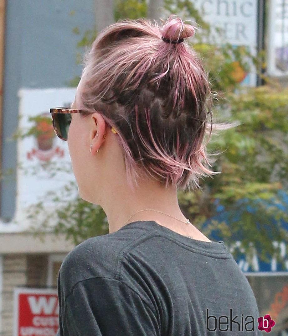 Kaley Cuoco combina su color rosa de pelo con un moño casero