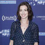 Anne Hathaway con melena surfera y raya al medio
