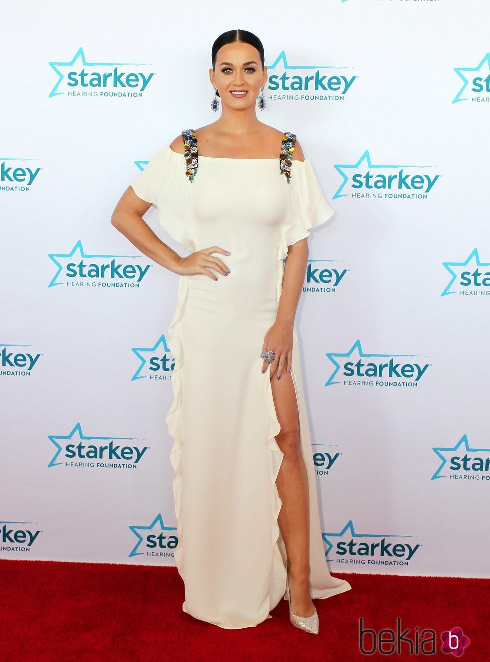 Katy Perry con un maquillaje muy natural cediendo el protagonismo a los ojos