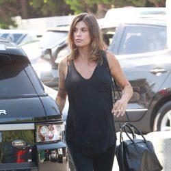 Elisabetta Canalis con la cara lavada haciendo recados por Beverly Hills