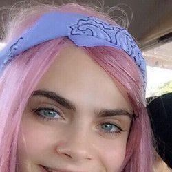 Cara Delevingne se unió a la moda del pelo rosa
