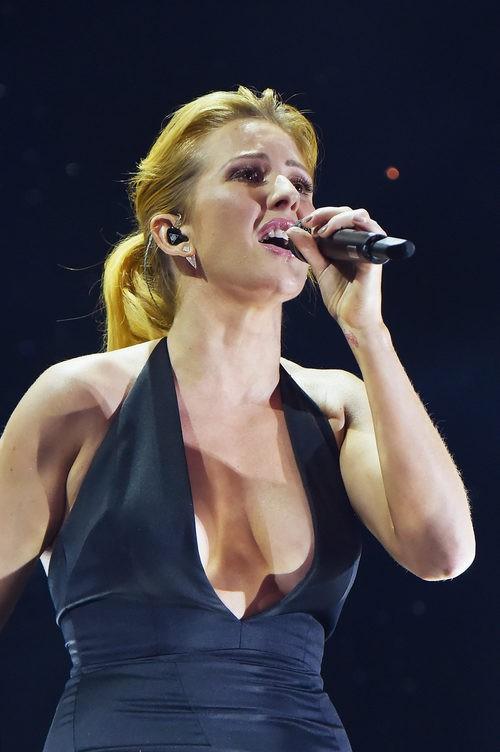 Ellie Goulding con coleta durante su actuación en los MTV EMA 2015