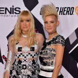 Miriam Nervo con flequillo y Olivia Nervo con el pelo de punta en los MTV EMA 2015