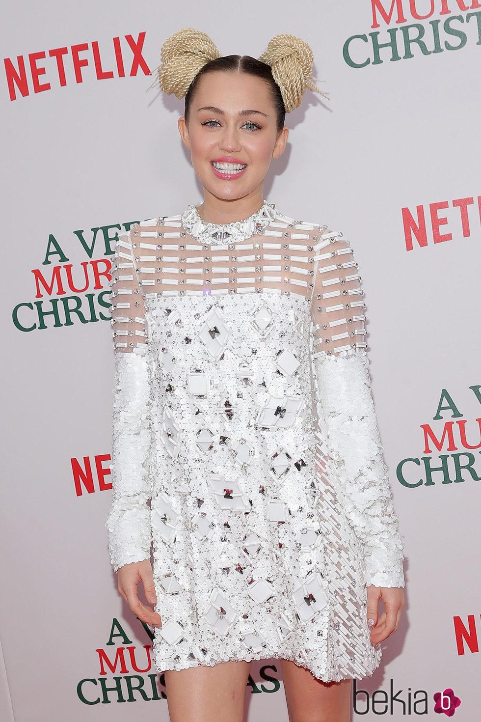 Miley Cyrus cambia su estilo añadiendo unos moños postizos a su melena