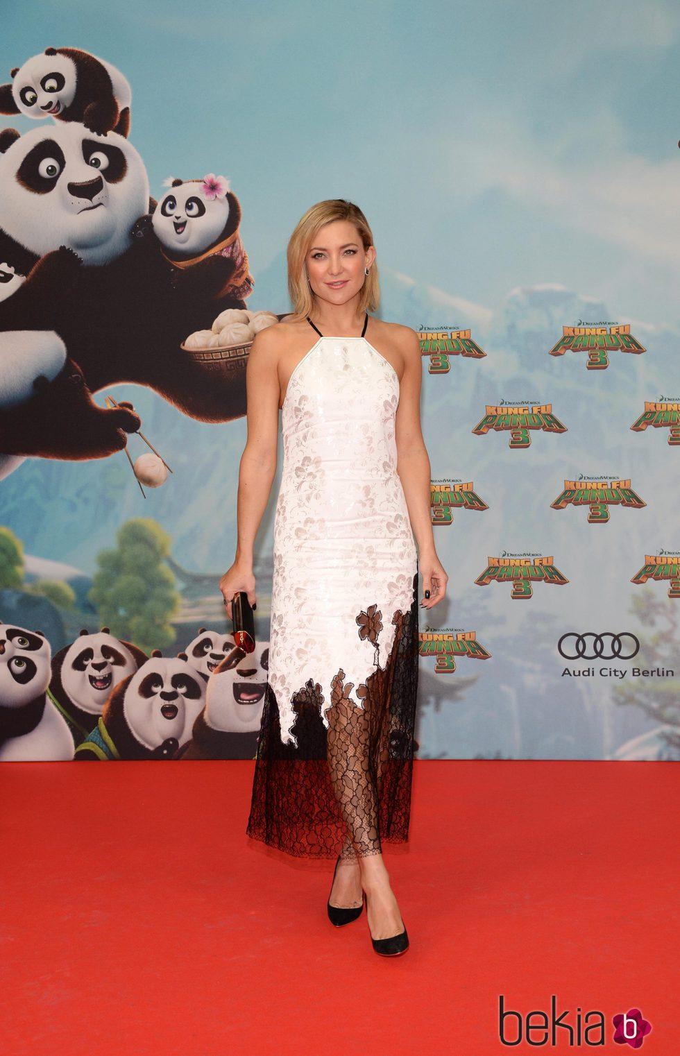 Kate Hudson luce un look radiante y natural en la premier de Kung Fu Panda 3 en Berlín.