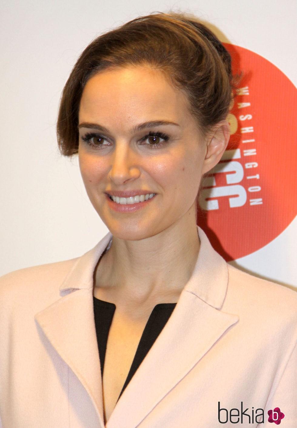 Natalie Portman luce clásica y elegante