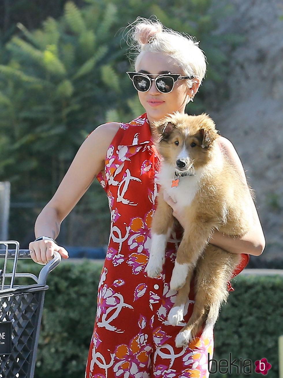 un moño al lado para salir de compras con Miley Cyrus