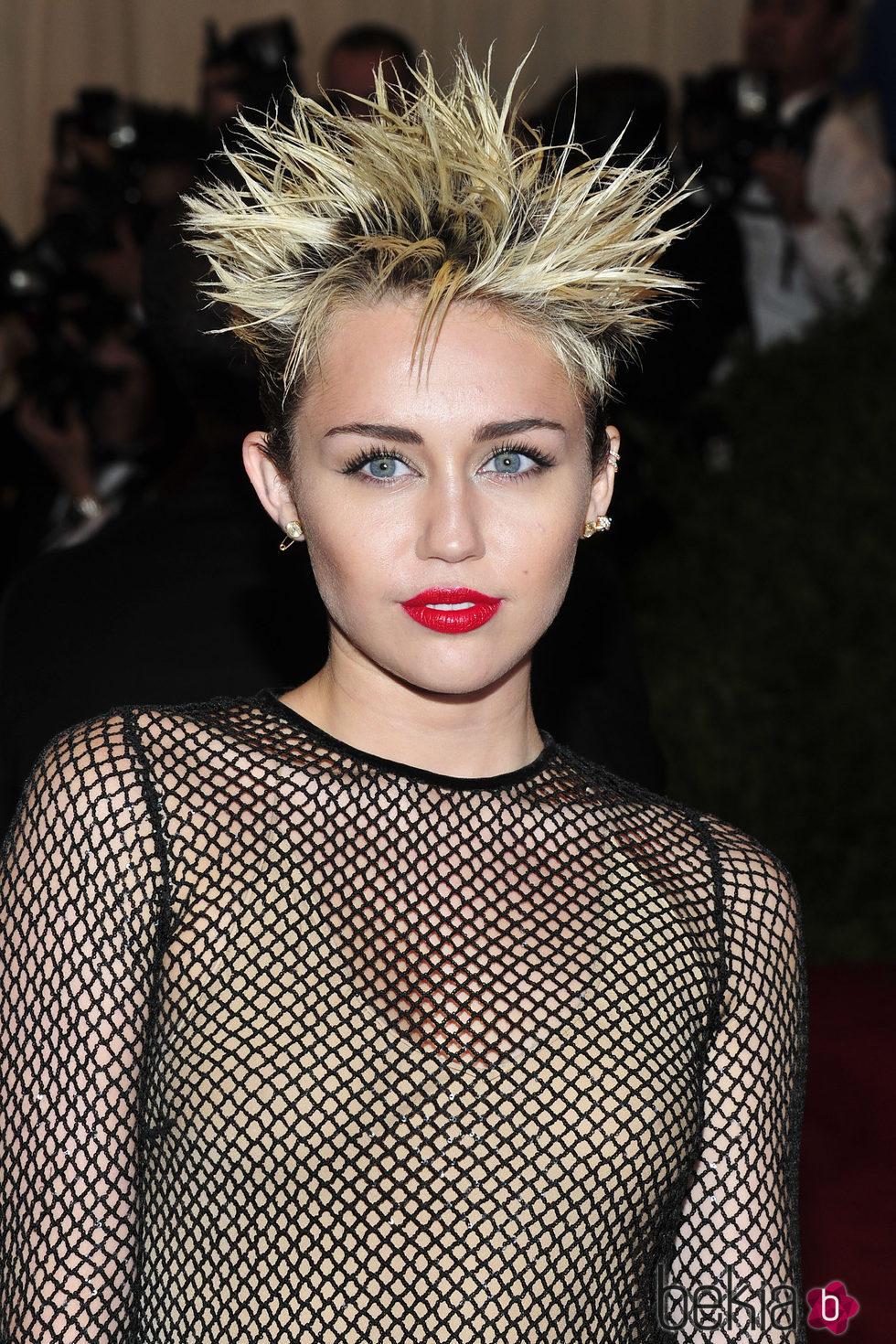 Miley Cyrus lleva un puercoespín en la cabeza