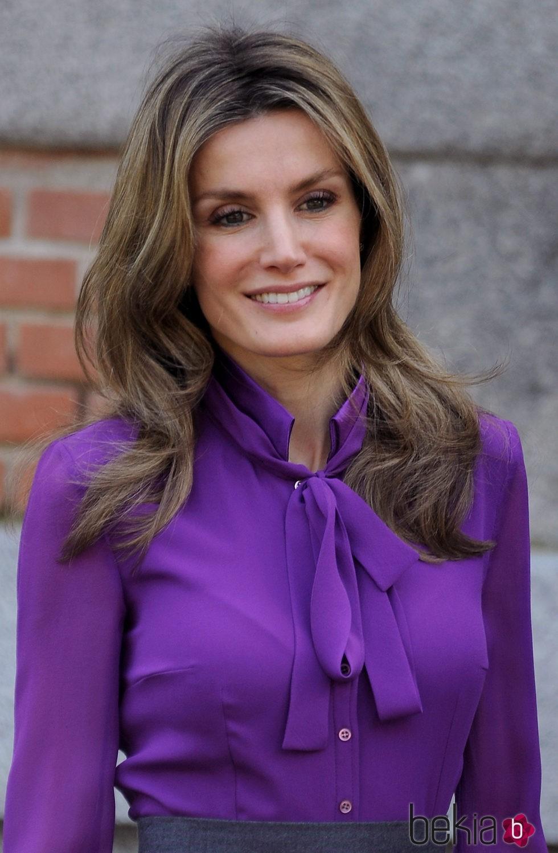 Reina Letizia con el pelo largo y ondulado