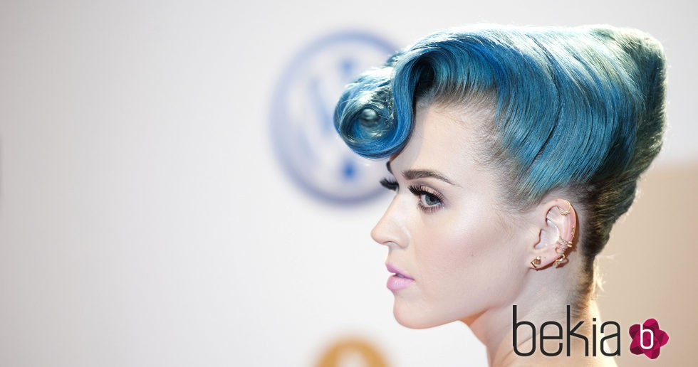 Katy Perry con peinado tupé y cabello azul
