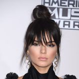 Kendall Jenner con moño en la cabeza