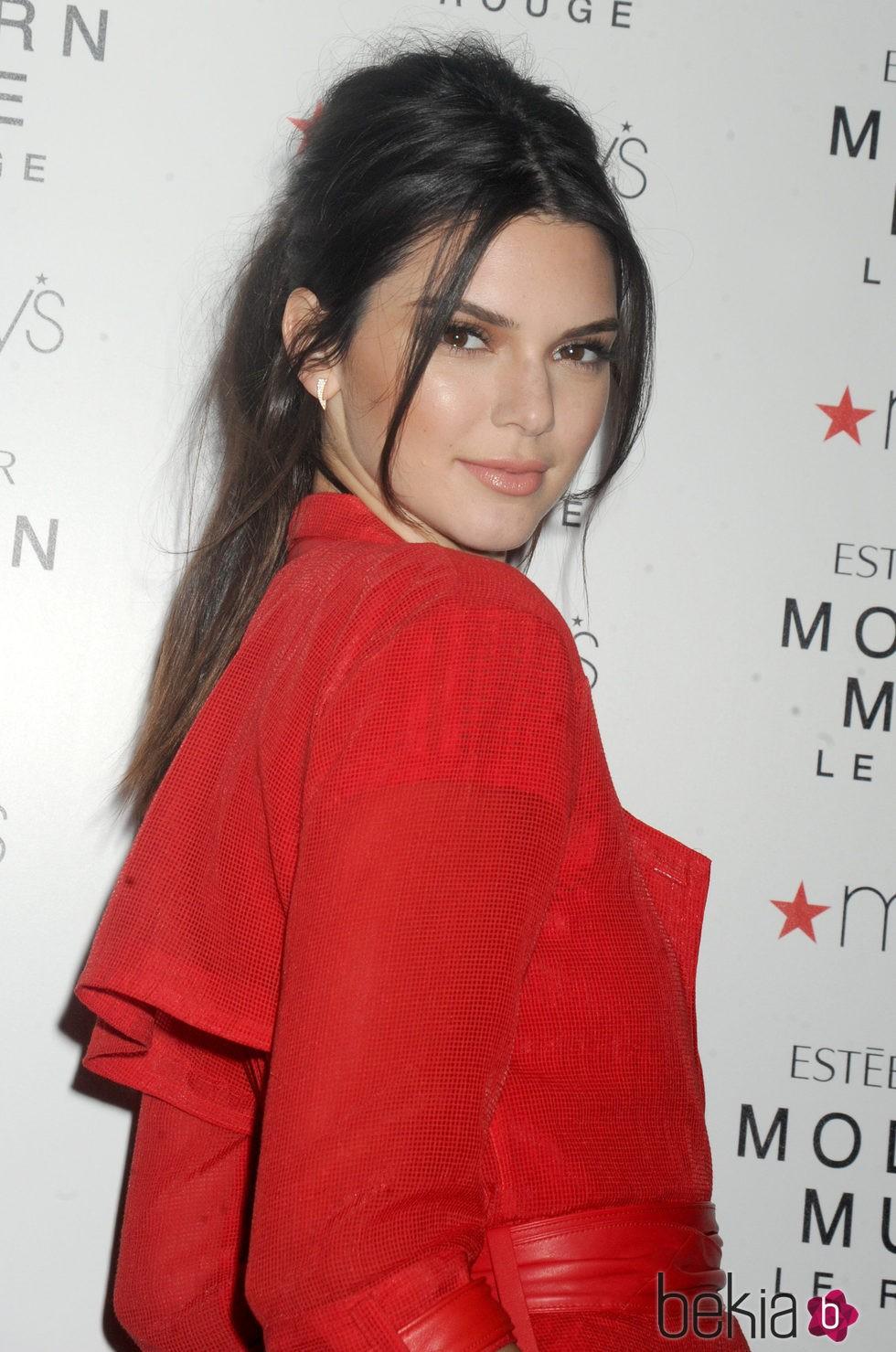 Recogido De Kendall Jenner Con Dos Flequillos Los Mejores Peinados - Peinados-flequillo-recogido