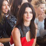 Kendall Jenner con su clásica melena lisa