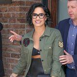 Demi Lovato con cabello corto y ondulado