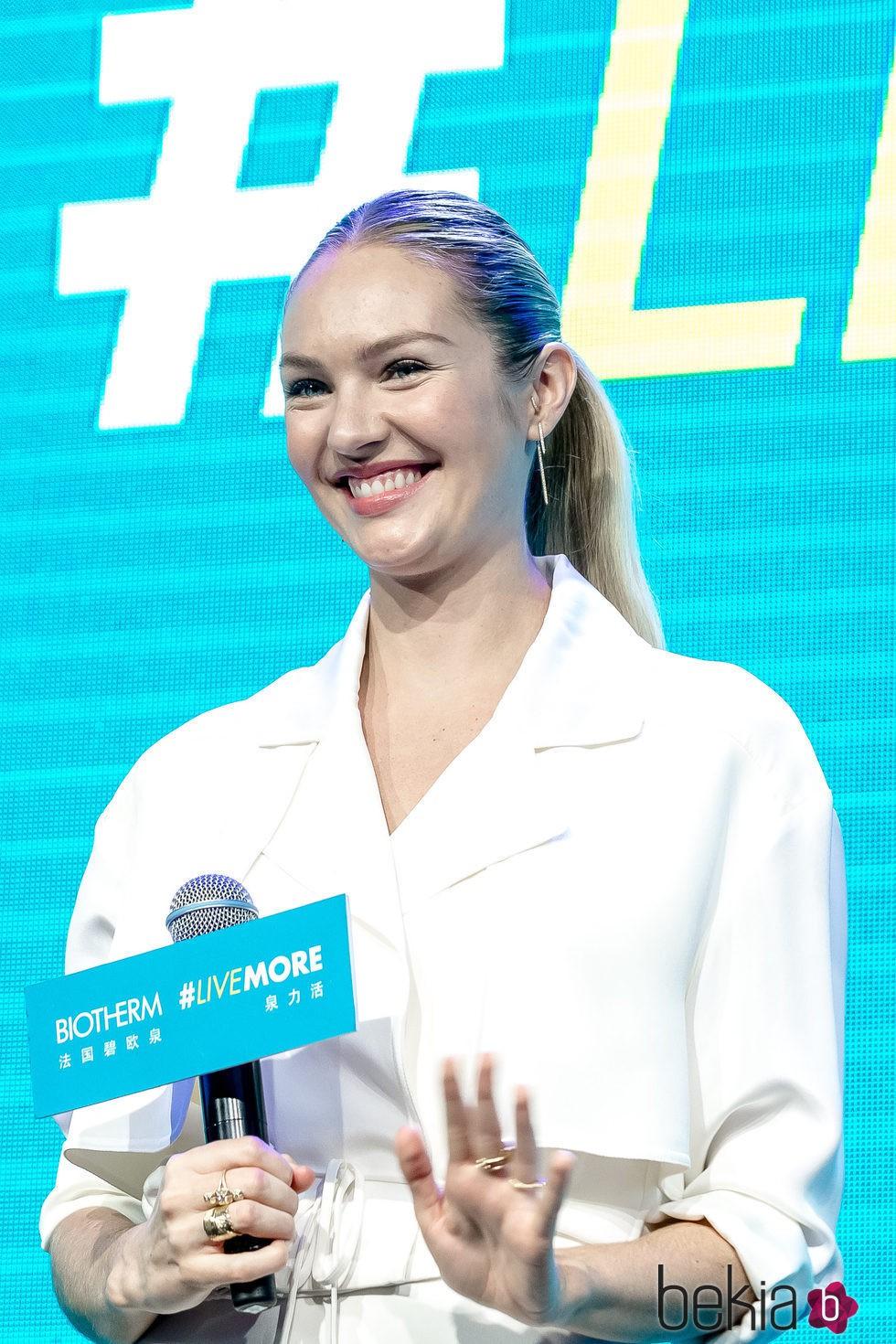 Candice Swanepoel con una coleta tras anunciar su embarazo