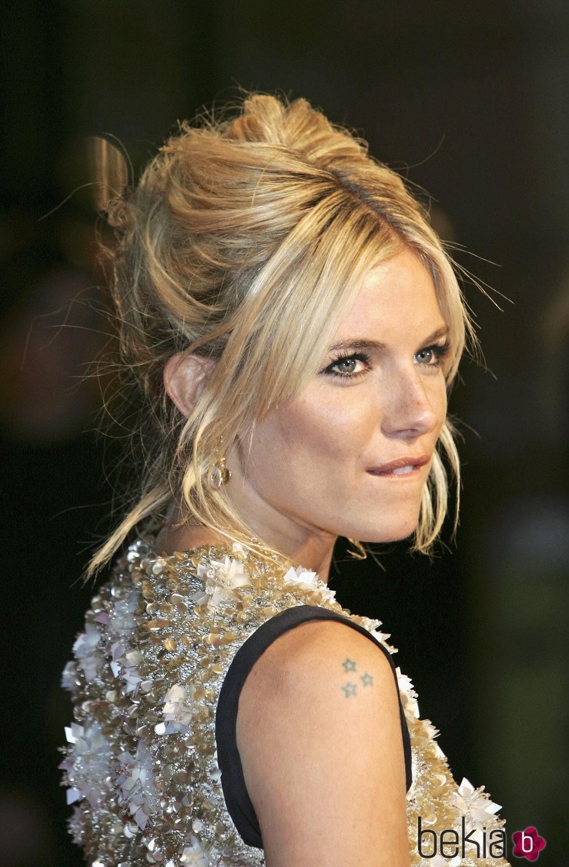 Sienna Miller con look sixties en 2007