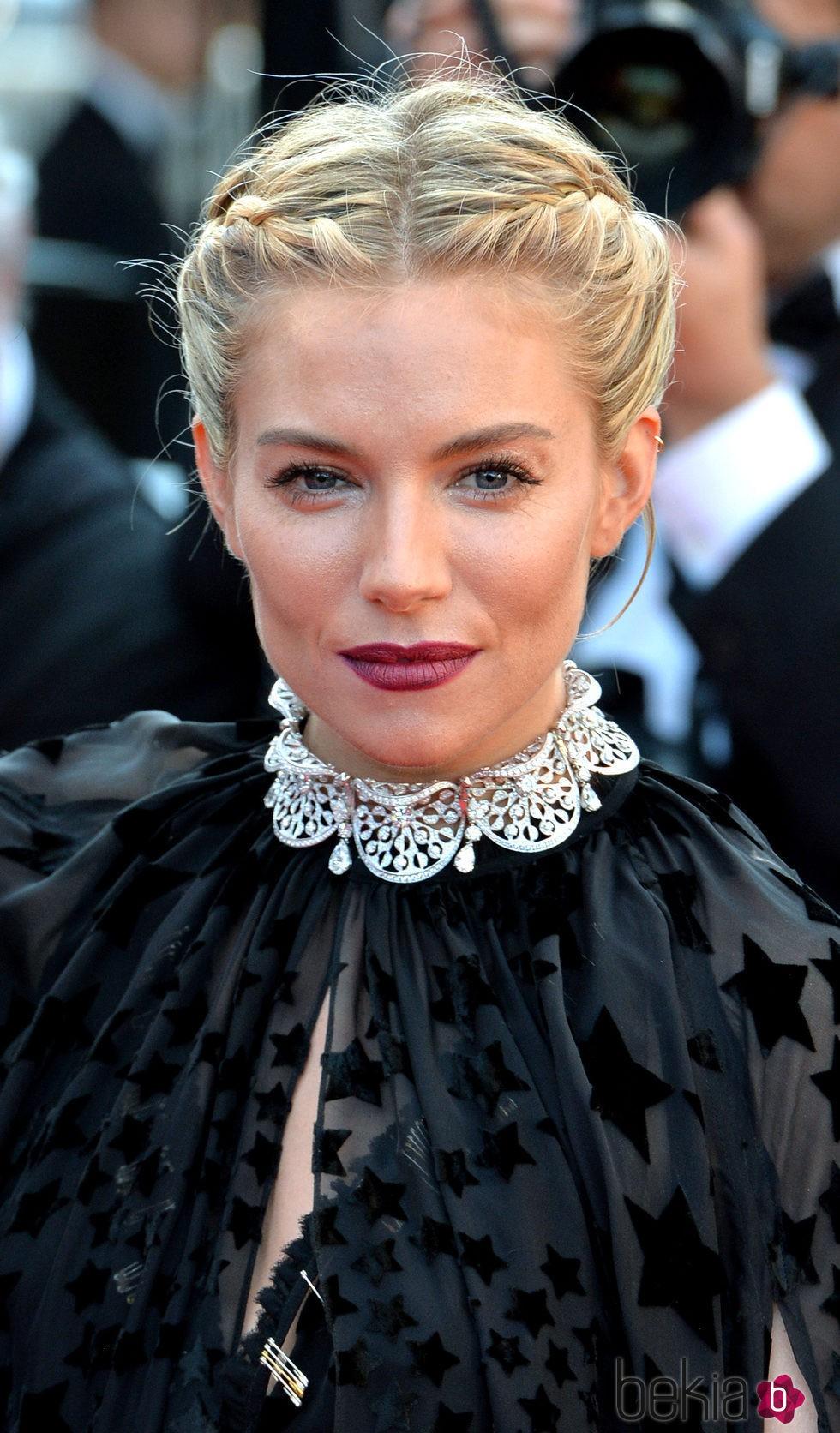Sienna Miller con estilo griego gotico en 2015 en Cannes