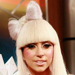 Lady Gaga con melena rubia platino y flequillo