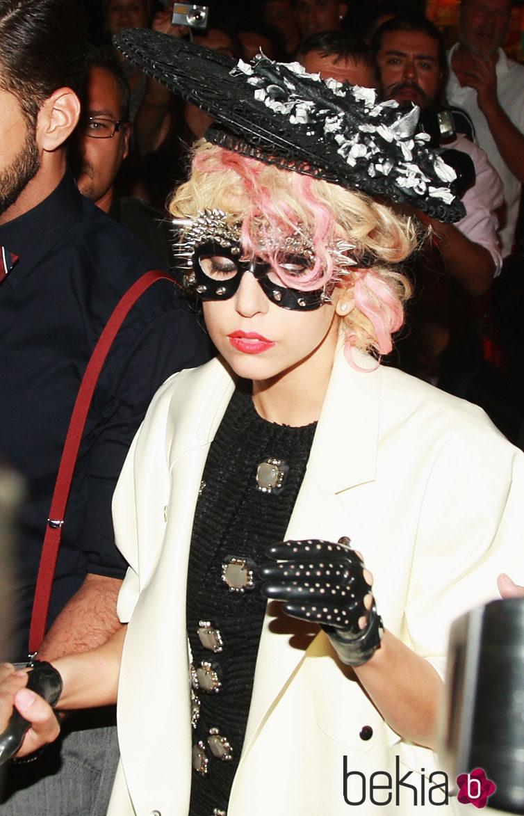 Lady Gaga con pelo rubio y rosa y pamela
