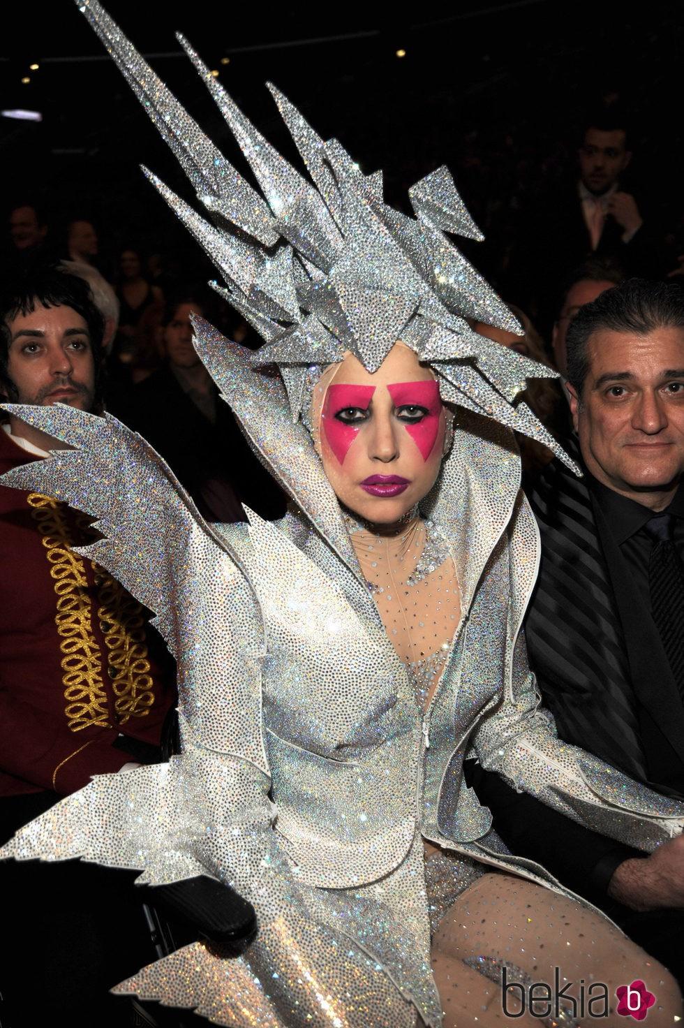 Lady Gaga con un tocado de meteorito en la cabeza